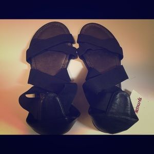 NWT Kenneth Kole Reaction Strappy Sandals